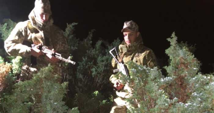 Закарпатські прикордонники затримали тютюнових контрабандистів
