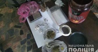 Поліцейські вилучили у мукачівця чверть кілограма марихуани та стебла коноплі