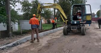 У Володимирі-Волинському триває ремонт центральних і бічних вулиць