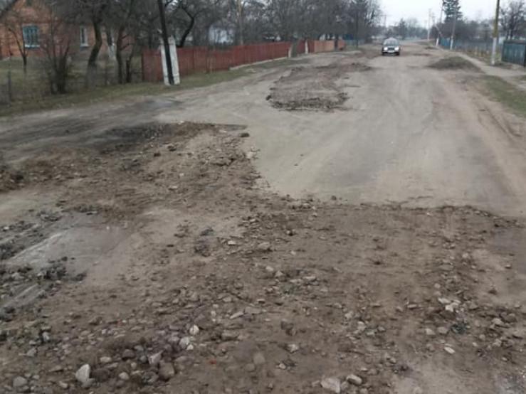 Оленівка: фермери взялися за ремонт дороги