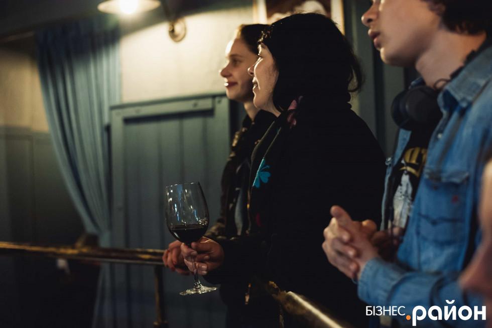 Вино і гарна музика – усе, що потрібно для приємного вечора