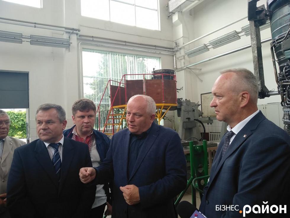 Степан Кубів у центрі. Праворуч - директор заводу Володимир Маракулін