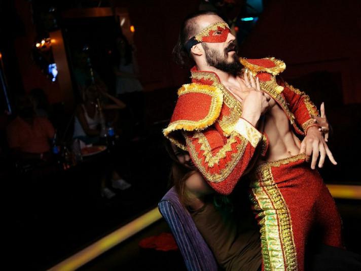 Містер Тіко під час виступу у нічному клубі