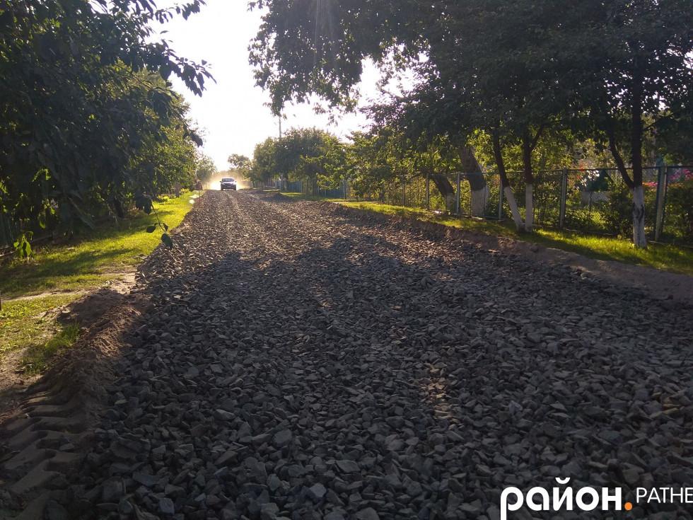 Частину дороги засипали щебенем