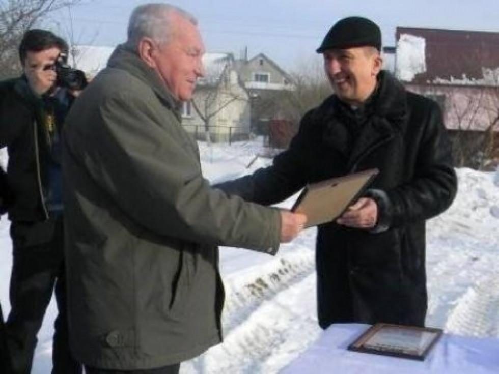 Володимир Сидорук отримує Почесну грамоту від ковельського мера Олега Кіндера