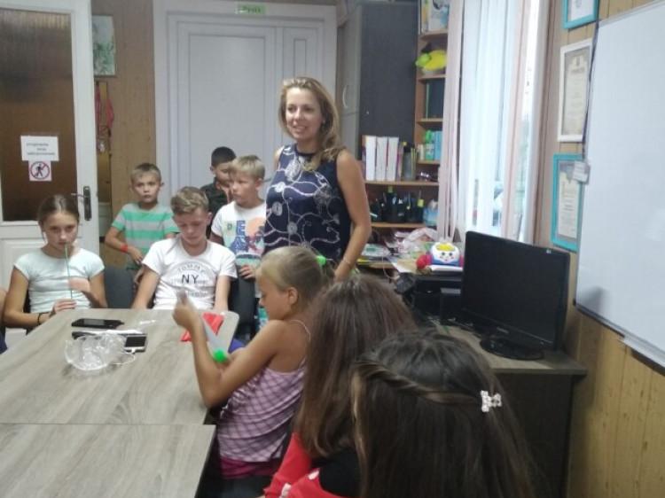 Роздача браслетів дітям у селі Сирники, що під Луцьком
