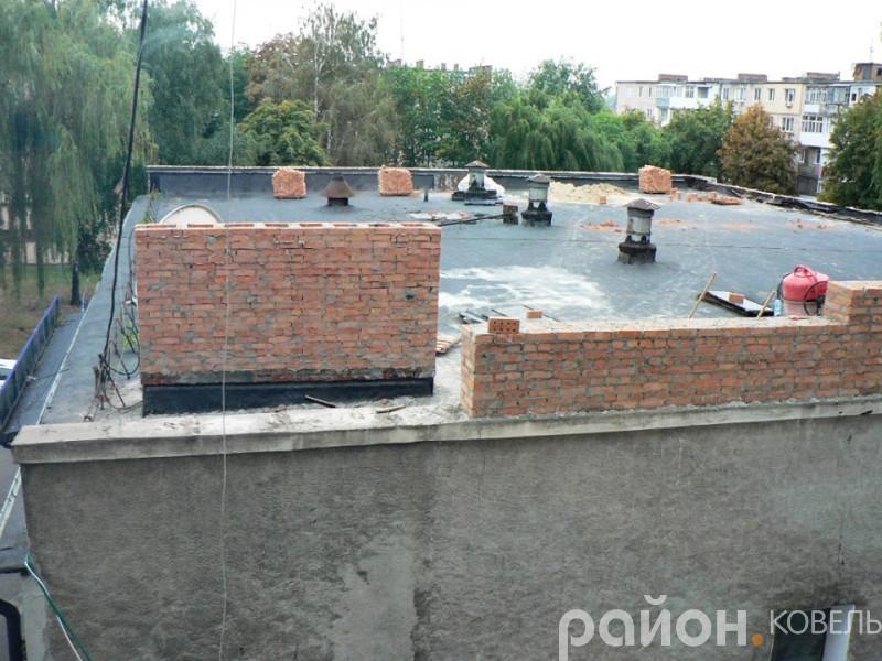 У Ковелі будівельні роботи на даху адміністративної будівлі виконують без встановленої тимчасової огорожі, яка вказана у проєкті.