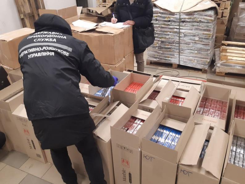 З Ковеля до Дніпра поштою пересилали контрафактні цигарки