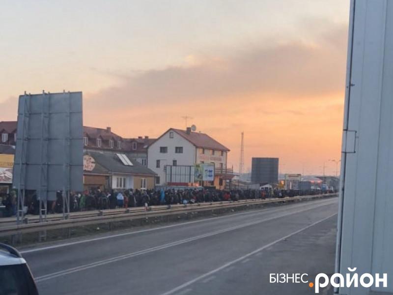 Черга людей з польської сторони