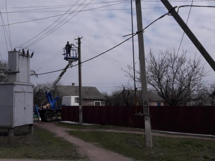 Монтаж освітлення на одній із вулиць Любешева