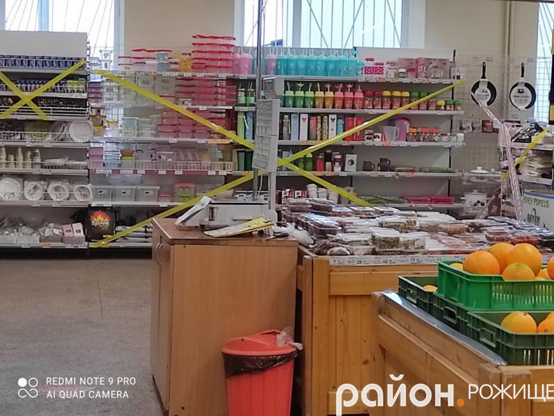 У супермаркетіввели обмеження на продаж деяких груп товарів.
