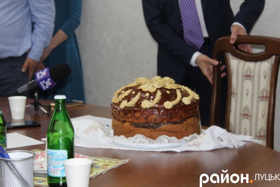 На завершення «СПАсівці» подарували керівнику Волинської ОДА коровай, як символ підтримки і співпраці з адміністрацією