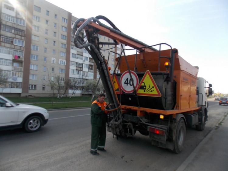 Для ремонту доріг у Ковелі використовують економічно вигідну техніку