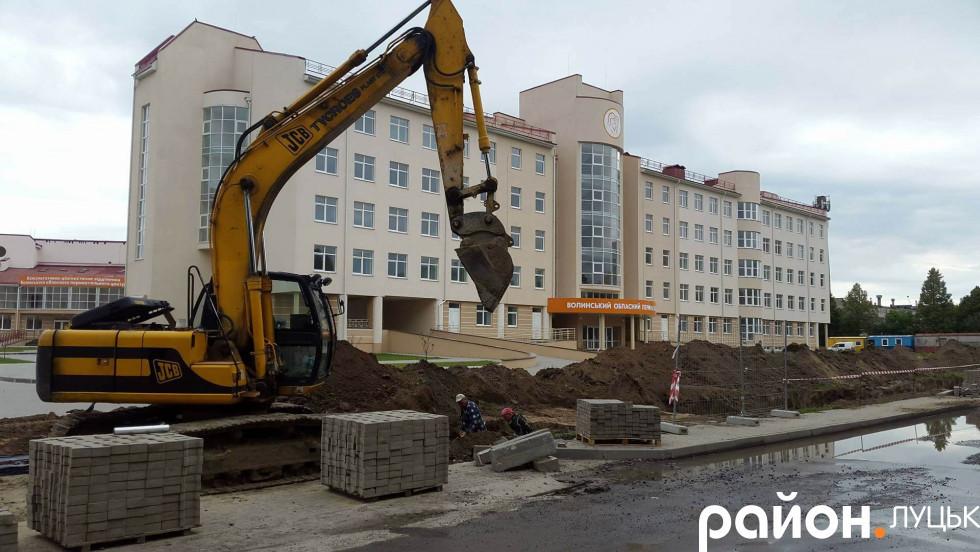 Працівники підприємства також «розрили» траншеї на проспекті Відродження