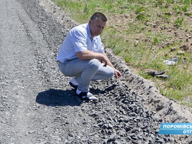 Голова громади Євген Недищук оглядає хід робіт