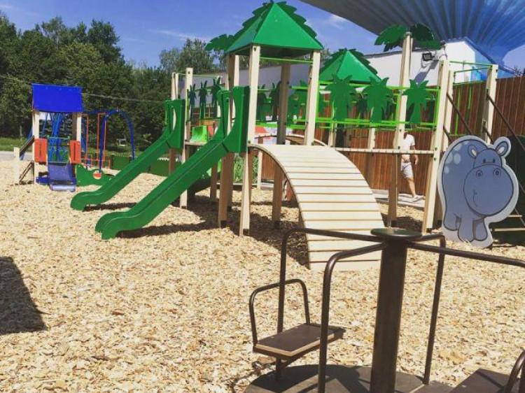 """Незвична атракція розташована на дитячий майданчик біля закладу """"Ротонда beach club""""."""