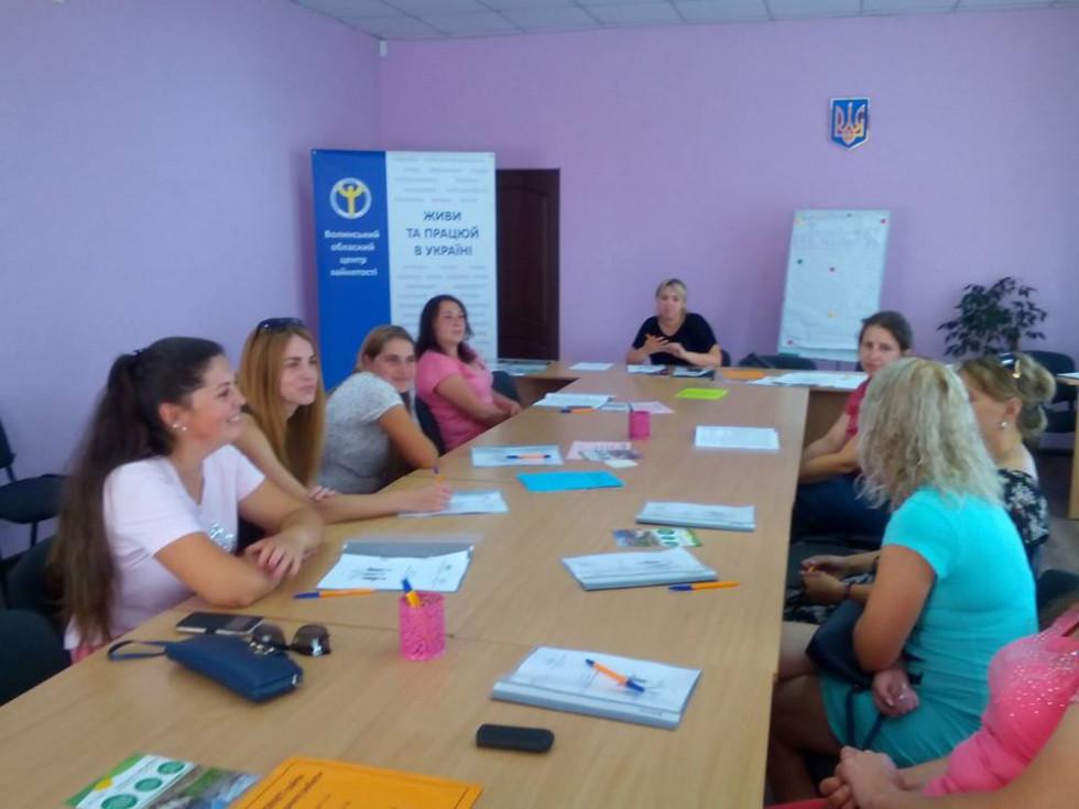 В Іваничівській районній філії Волинського обласного центру зайнятості відбувся тренінг «Жінка і праця. Секрети поєднання сім'ї та роботи»