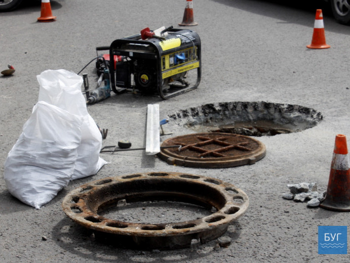 Піднімають каналізаційні люки до рівня асфальтного покриття