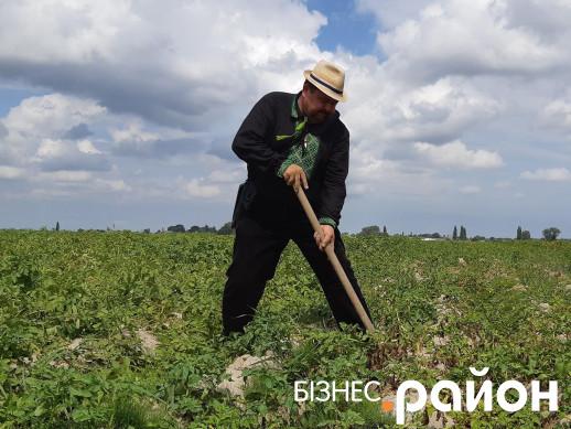 Володимир Шегедин особисто накопав картоплі для гостей Дня поля