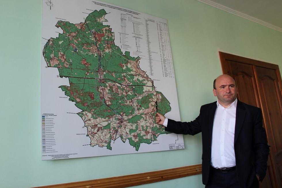 Андрій Линдюк демонструє вільні для оренди земельні ділянки району