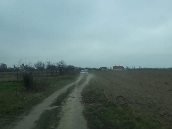 водії об'їжджають євробляхарів полями