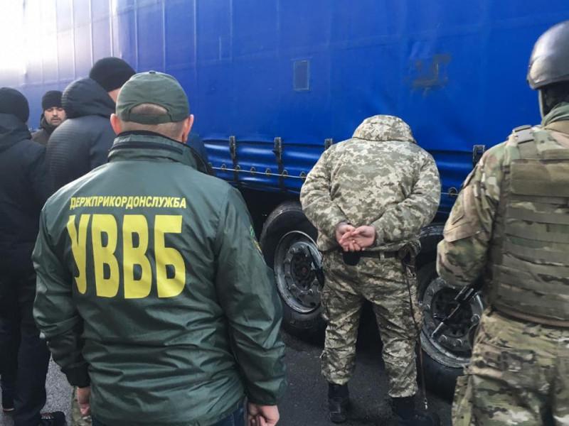На «Ягодині» спіймали на гарячому прикордонника, який «рішав» чергу вантажівок