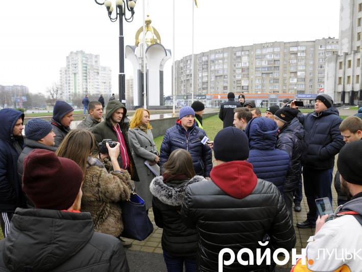 У Луцьку «євробляхарі» обклеїли обласну раду «протестними» плакатами