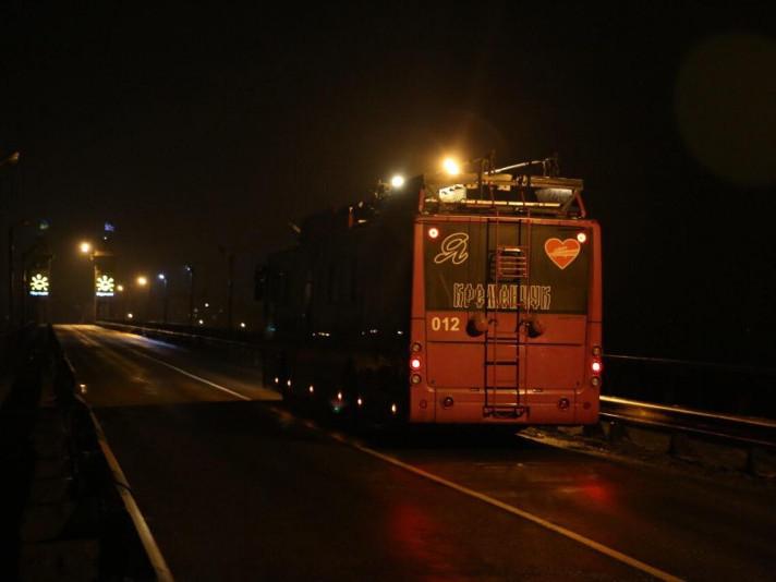 Тролейбус «Богдан» вперше з'єднав два береги в Кременчуці завдяки автономному ходу