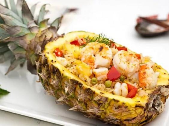 Салат в ананасі