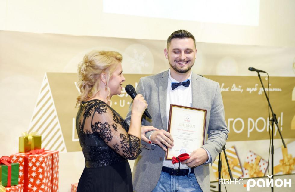 Диплом GENERAL MBA Миколі Лінчуку вручає директорка Бізнес-академії практичного менеджменту PMBA Тетяна Репницька