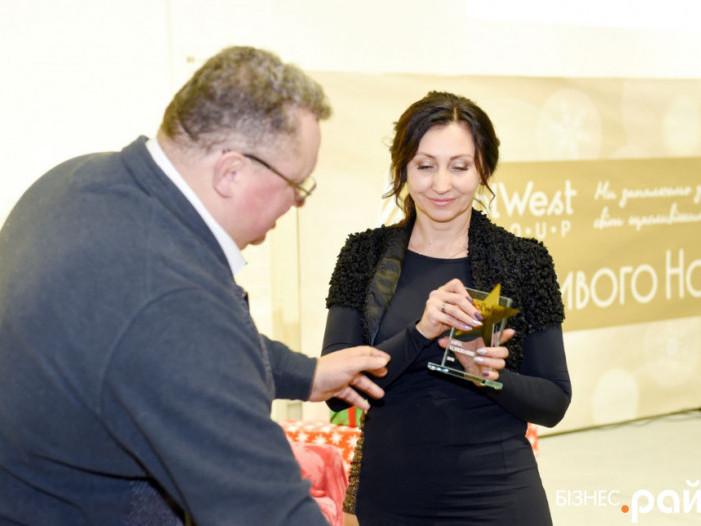 Почесну нагороду Інні Кондратюк вручив Голова ради директорів VolWest Group Віктор Корсак