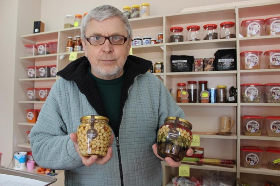 Олександр демонструє унікальний мед від ветерана АТО
