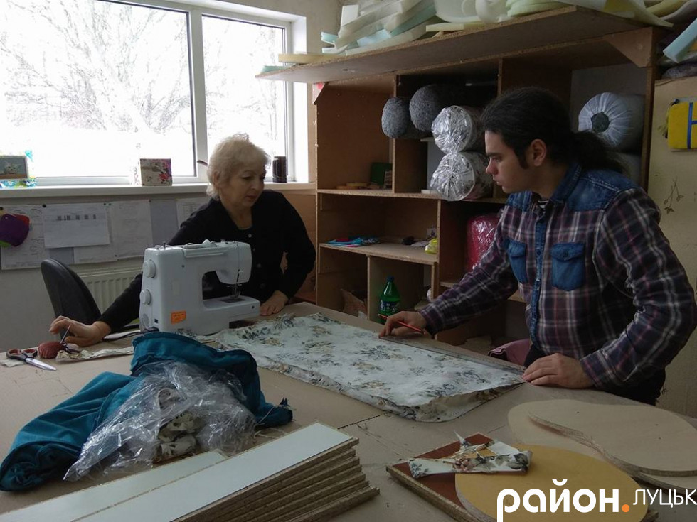 А тут шиють і кроять текстильні деталі для меблів