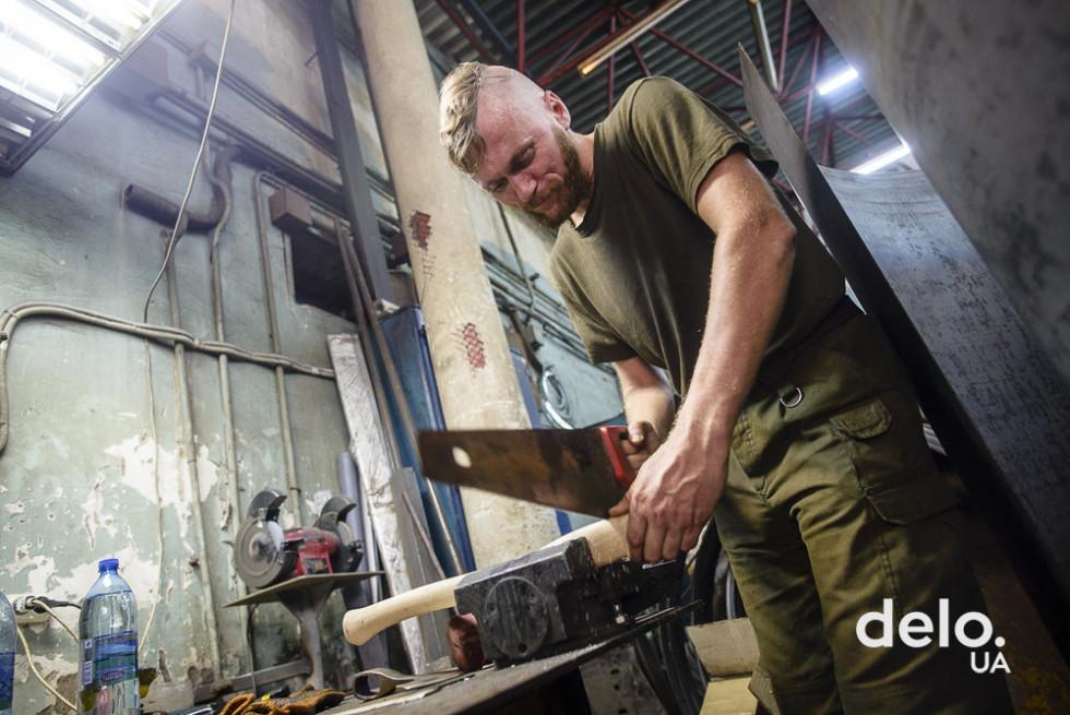 Ветеран АТО робить рукоятку для сокири