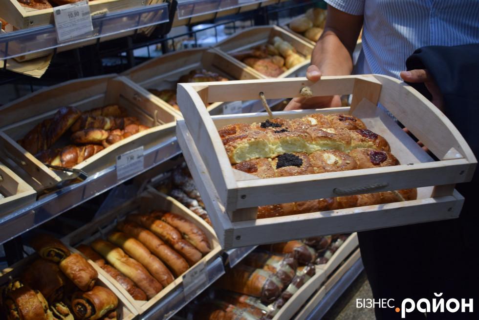 Стелаж, який дає змогу пекарю наповнювати корзинки, не виходячи в торговий зал