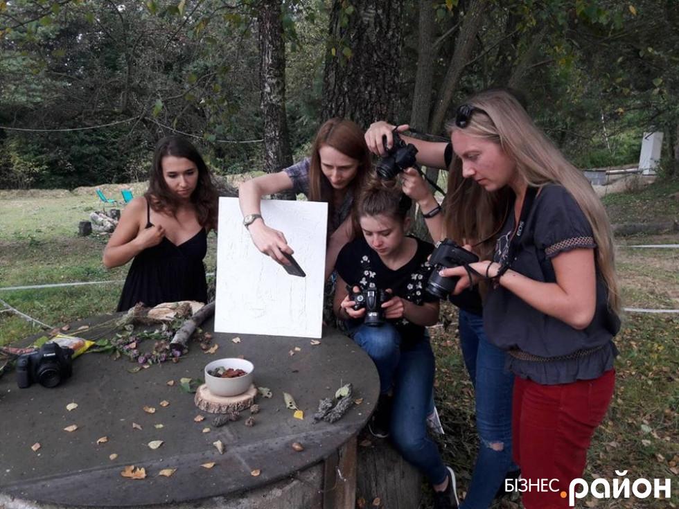 Учасники школи кулінарної журналістики під час занять