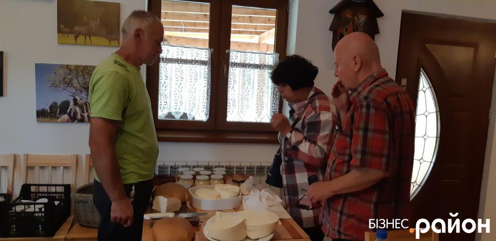 Туристи по сири заходять прямо до кухні