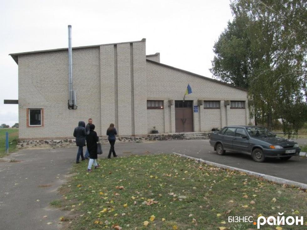 Клуб і спортивний зал в селі Тополище