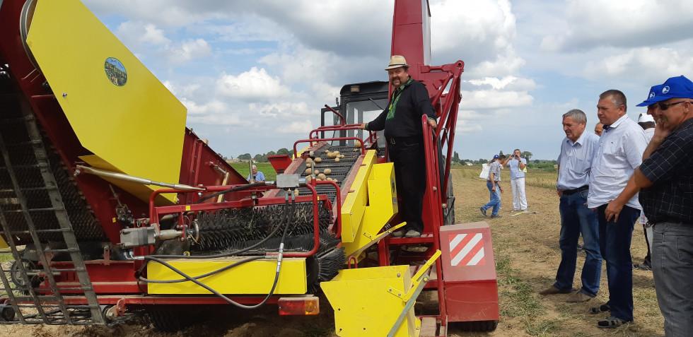 Комбайн для збору картоплі з усіх кооператорів має поки що тільки ФГ «Шегедин»