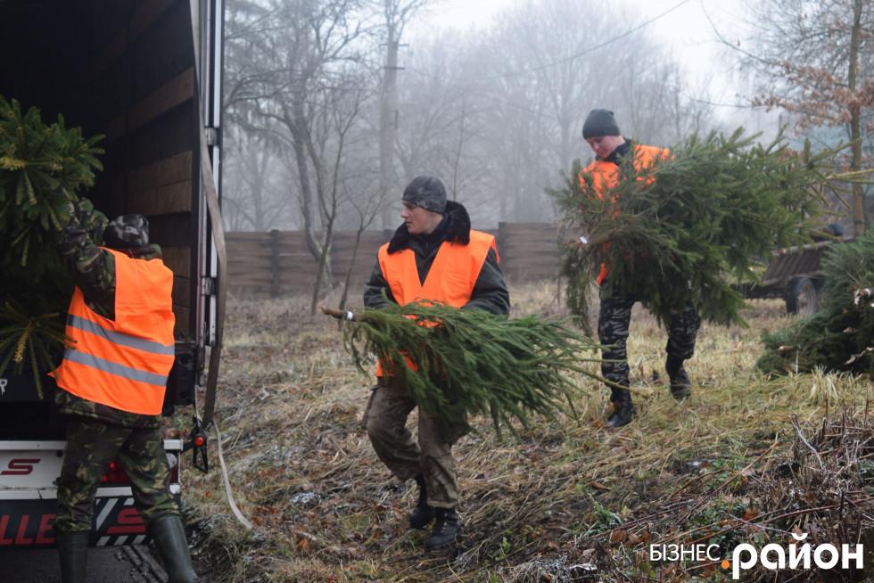 Лісівники завантажують фуру, яка поїде на Херсон