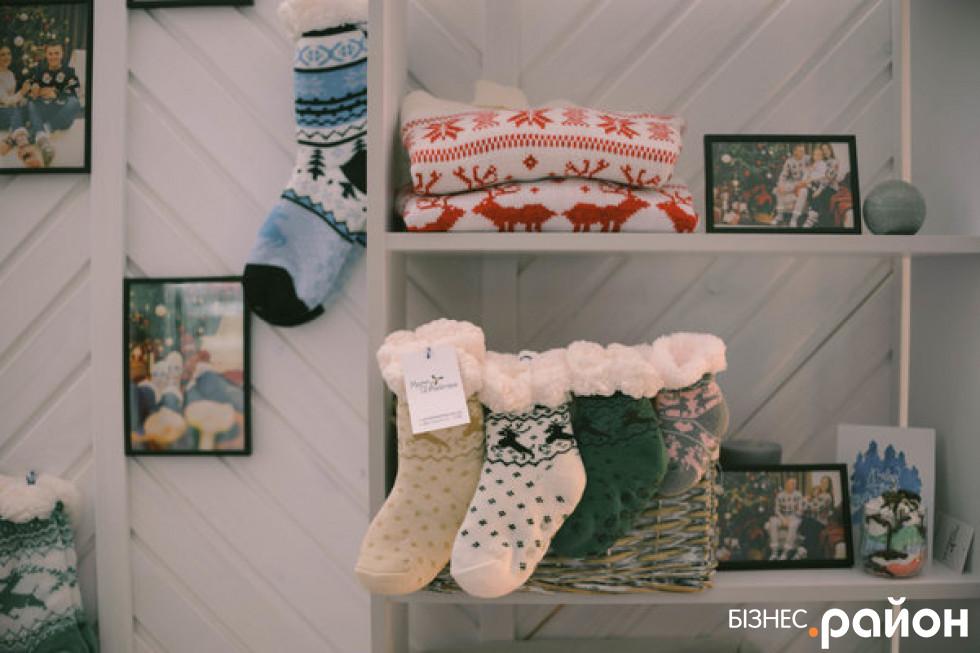 Асортимент магазину – різдвяні светри й шкарпетки власного виробництва, а також свічки та листівки