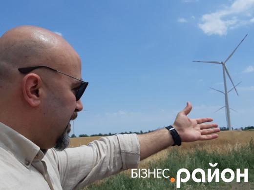 Ілхан Йилмаз показує найпотужніший вітрогенератор в Україні