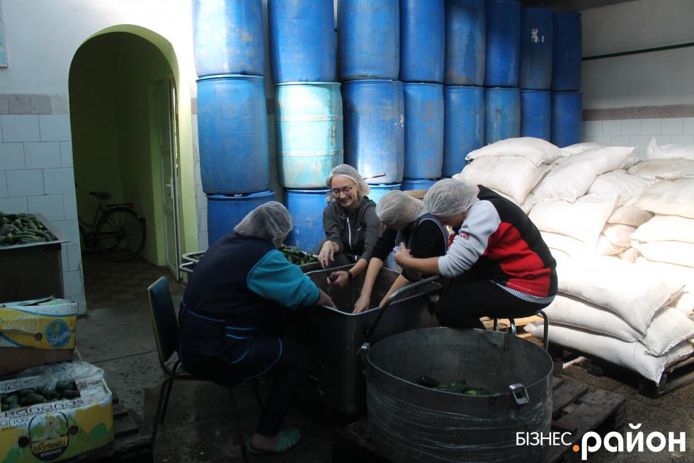 Працівниці заводу миють і сортують свіжопривезені огірочки