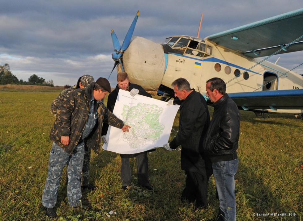 Командир літака Сергій Бабай уточнює район польотів. Фото Валерія Мельника