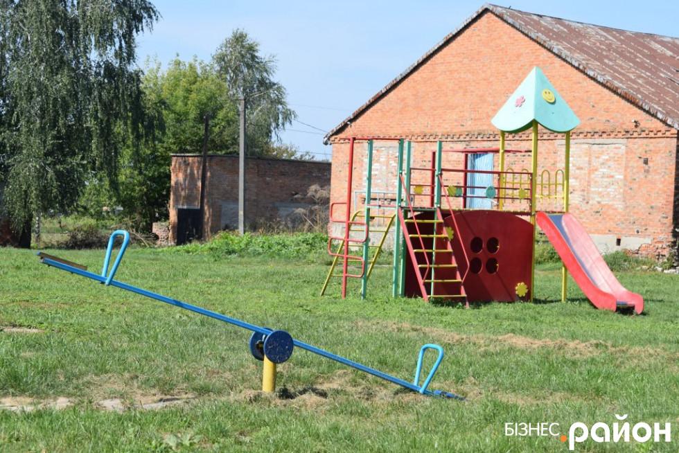Дитячий майданчик у центрі Хорохорина
