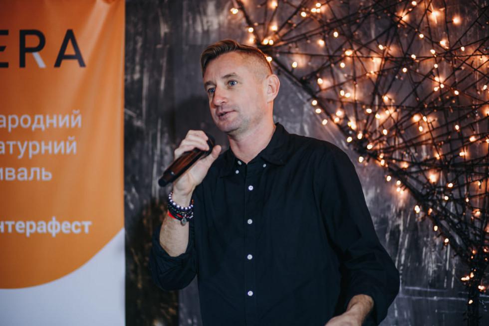 Сергій Жадан виступає з промовою на відкритті фестивалю