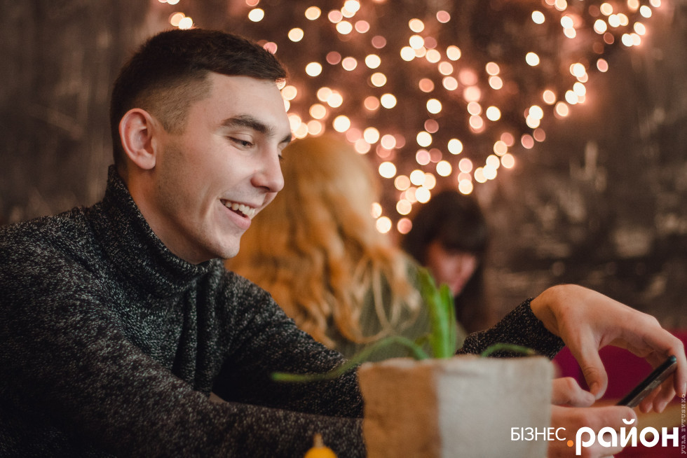 Андрій Мошковський записує усі номери мобільних телефонів своїх клієнтів