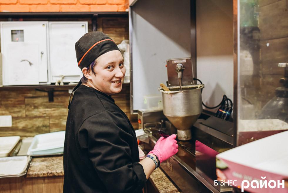 Ангеліна працює з «пончиканатором»