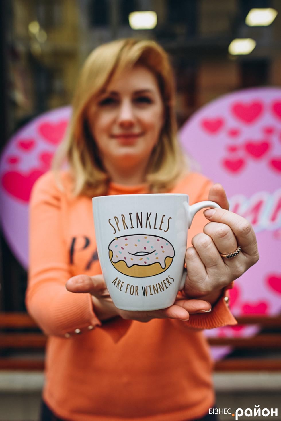 Вікторія демонструє «пончичний» мерч