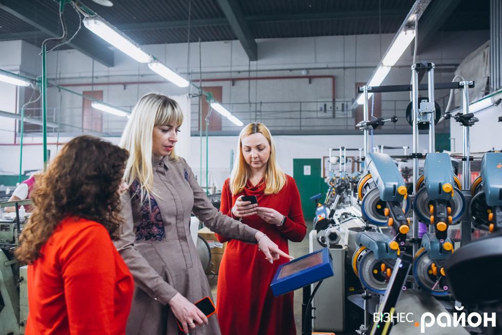 Катерина Сиротенко та Ольга Кас'ян розповідають, як працює ткацький верстат